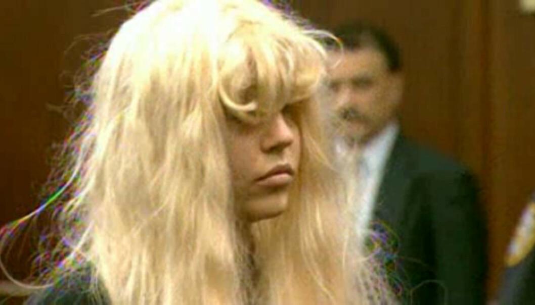 I RETTEN: Amanda Bynes har møtt i retten flere ganger, ofte ikledd parykk og store solbriller. Her er hun i mai 2013, tiltalt for besittelse av marihuana. Foto: NTB scanpix