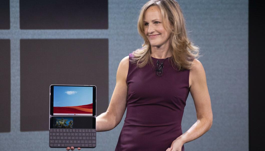 <strong>SURFACE NEO:</strong> Program Manager i Microsoft, Carmen Zlateff, viser frem Surface Neo og Windows 10X i oktober 2019. Foto: Mark Lennihan / AP / NTB Scanpix