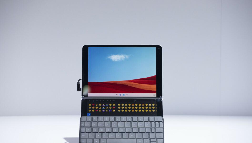 Her ser du Windows 10X og Wonder Bar i aksjon. Foto Mark Lennihan/AP/NTB Scanpix