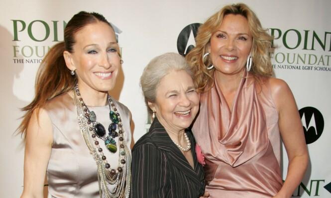 SEX OG SINGELLIV: Sarah Jessica Parker og Kim Cattrall med skuespiller Lynn Cohen (midten) under et veldedighetsarrangement i New York i 2008. FOTO: NTB scanpix