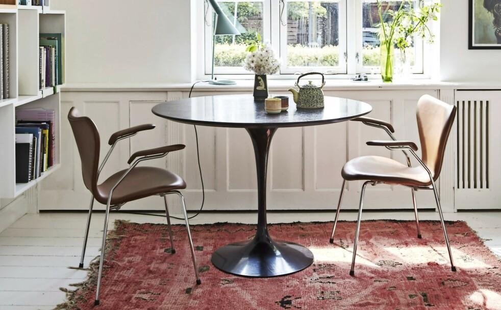Fra de store vinduene får de masse lys, og det gir dem i tillegg flott utsikt mot hagen. Tips! I stedet for å ha kun ett stort spisebord kan du lage mindre soner til ulike behov, for eksempel et lite bord ved vinduet, der du kan drikke morgenkaffen. FOTO: Anitta Behrendt
