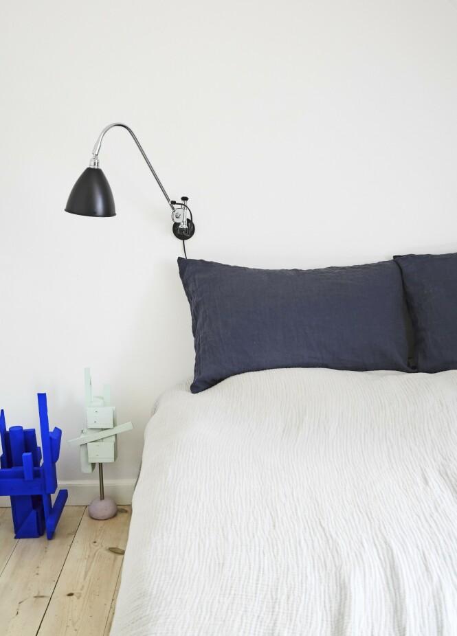 Kunst og underfundige detaljer har sneket seg inn på soverommet, blant annet i form av små figurer. Skulpturene er laget av kunstneren Tilde Grynnerup, og «Bestlite»-lampene er fra Gubi. FOTO: Anitta Behrendt