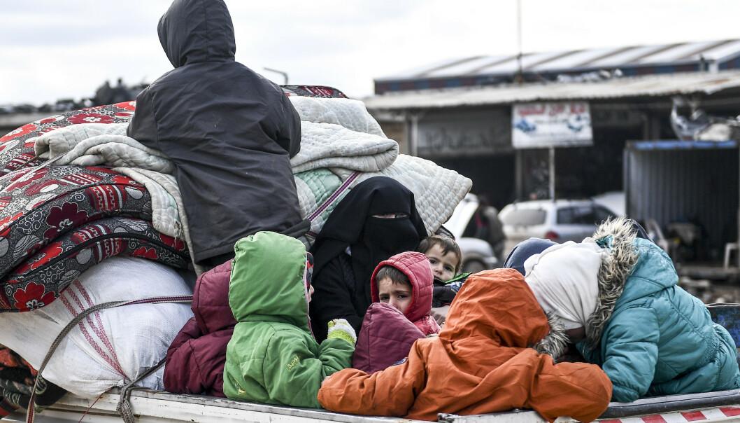 Sivile fra Idlib forsøker å komme seg i sikkerhet. Foto: AP / NTB scanpix