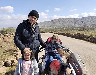 Den syriske aktivisten Abdulkafi Alhamdo, som flykter fra bombene med sin kone, motorsykkel og barna Lamar og Mohammed, i Darat Izza mandag. Foto: Privat/ TT / NTB scanpix