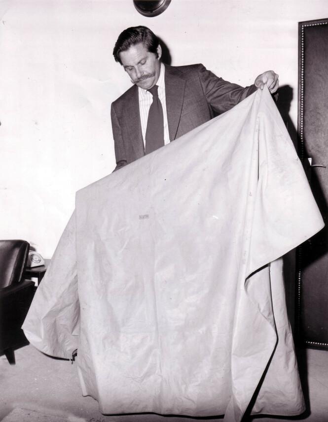 LIKET PAKKET I PLAST: Allerede i 1974 viste politiet frem plasten som den halshuggede kvinnen var pakket inn i. Da saken ble gjenopptatt i 2008, sto en amerikansk samler frem, med opplysninger om hvor plasten kunne stamme fra. FOTO: NTB Scanpix