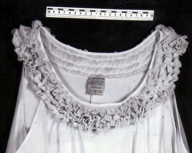 LEDETRÅD?: Kvinnens nattkjole var i størrelsen 34/36, og var laget av nyvinningen nylon. I forbindelse med at graven ble åpnet i 2008, satte politiet igang en jakt på gjerningsmannen, og etterforskningen av det mystiske likfunnet regnes som den lengste noensinne i East Anglia. FOTO: NTB Scanpix