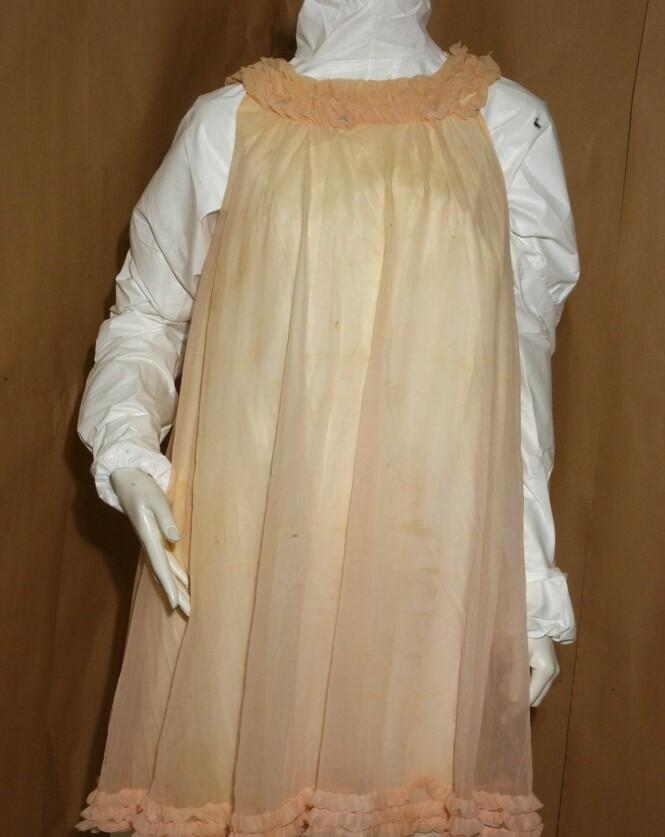 BABYDOLL: Den hodeløse kvinnen ble funnet iført en rosa nattkjole fra Marks &Spencers. Politiet gikk ut med modell og størrelse, i håp om at noen skulle kjenne igjen kvinnen. FOTO: NTBScanpix.
