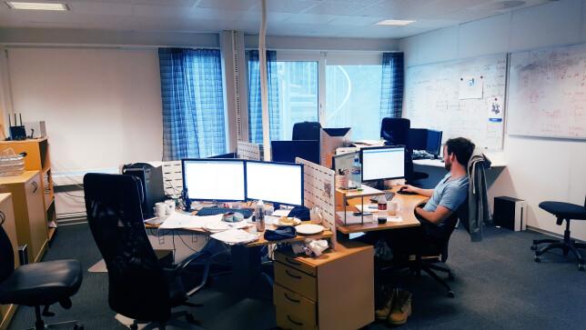 Truls Moe jobber sammen med bare to andre utviklere i teamet sitt i Cebyc AS. 📸: Privat