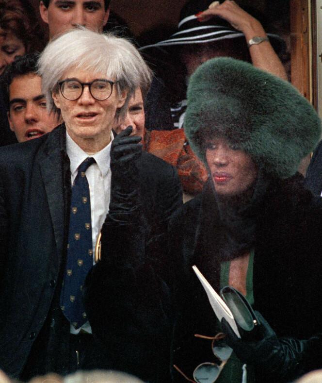 EKSENTRIKERE: Andy Warhol var en av dem Grace Jones hang mye sammen med på 1980-tallet. Her ankommer de bryllupet til Arnold Schwarzenegger og Maria Shriver. FOTO: NTB Scanpix