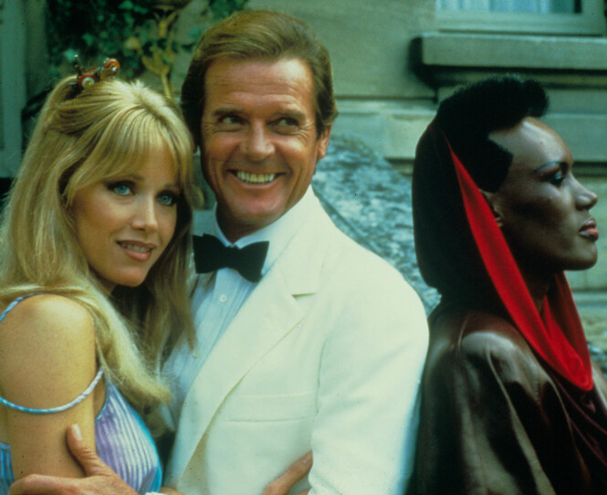 <strong>BOND-STJERNER:</strong> Tanya Roberts, Roger Moore, Grace Jones i A View To A Kill. FOTO: NTB Scanpix