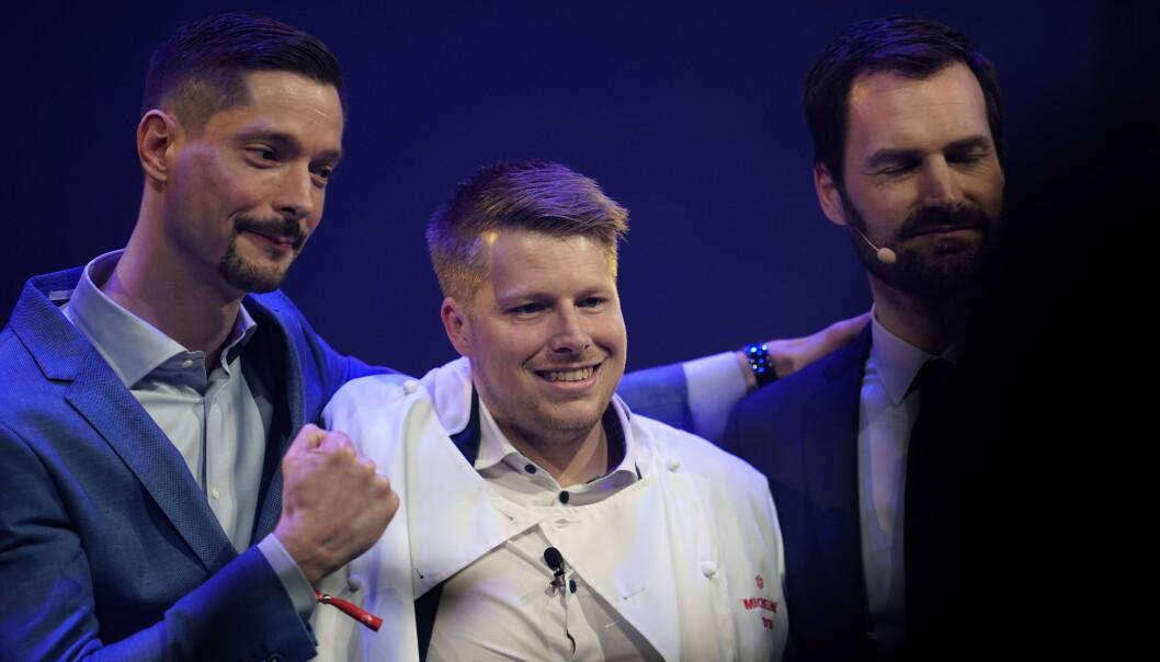 <strong>KOKK PÅ UNDER:</strong> Nicolai Ellitsgaard Pedersen (midten) og Under mottok Michelin-stjerne mandag. Foto: Ole Martin Wold / NTB scanpix