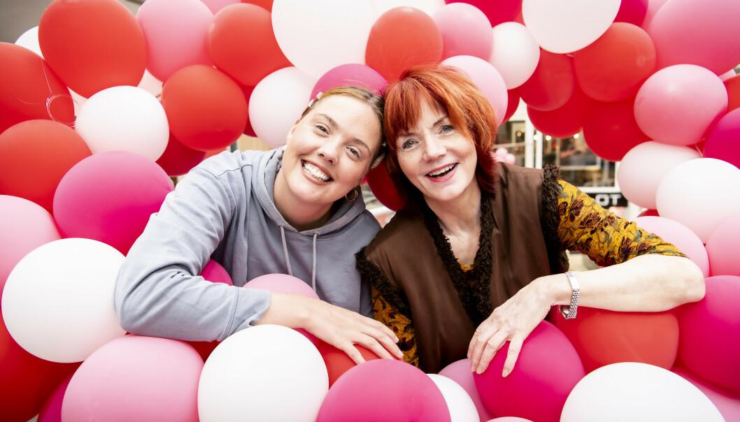 Malin og Mari møtes minst én gang i uka. Det er ikke alltid de er omgitt av ballonger, men smilet har de alltid med. Foto: Lars Eivind Bones/Dagbladet