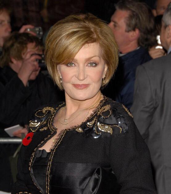 <strong>DEN GANG DA:</strong> Sharon Osbourne har hatt ulike frisyrer og hårfarger gjennom årenes løp, men har de siste årene vært kjent for sine røde lokker. Her er hun derimot avbildet med honningfarget hår på Pride of Britain Awards i 2006. Foto: NTB scanpix