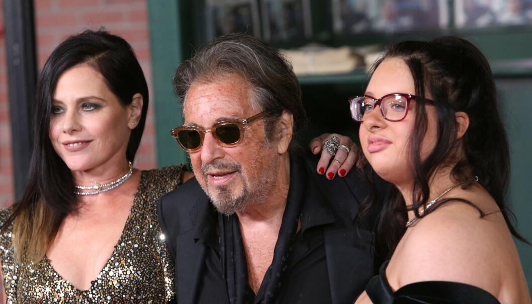 <strong>FRA LYKKELIGE TIDER:</strong> Her er Al Pacino sammen med sin nå eks-kjæreste, Meital Dohan, og datteren Olivia Rose på The Irishman-premieren i Los Angeles i januar. Foto: NTB Scanpix.