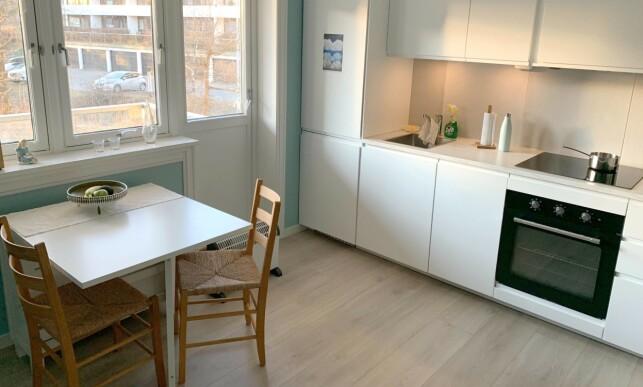 FØR: Gryte og andre ting på kjøkkenbenken, og gulvovnen er ikke så fotogene. Foto: Eilin Lindvoll.
