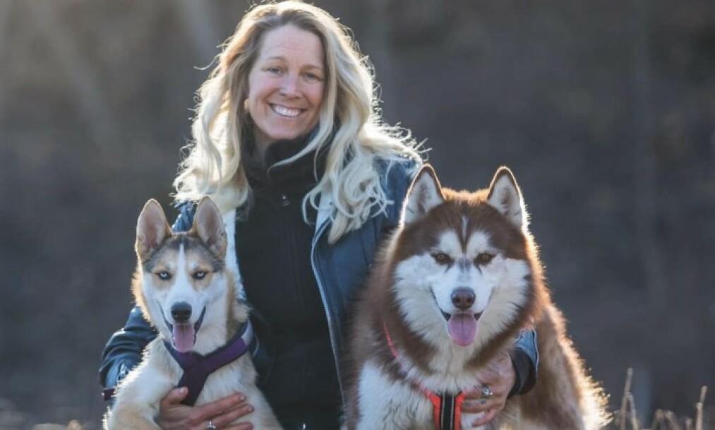 IKKE OPPDATERT: Forskning viser at hunder responderer bedre, og har det bedre, når de er trent med belønningsbaserte metoder. Metodene er på plass. Nå må bare kunnskapen ut. Her er NRK og SVT åpenbart ikke helt oppdatert, skriver Tess Erngren, her sammen med hundene sine, Lilith og Lucifur.