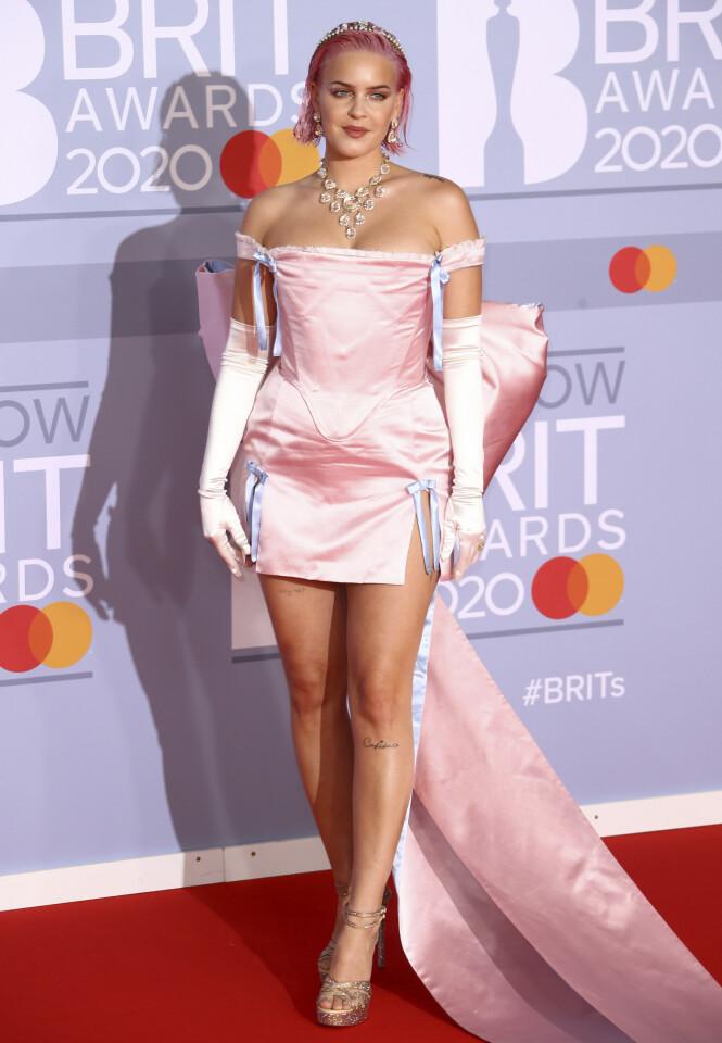 ANNE-MARIE: «2002»-sangeren var rosa fra topp til tå under årets BRIT Awards. Foto: NTB scanpix