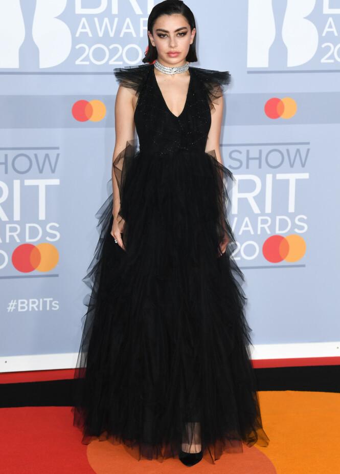 CHARLI XCX: Sangeren dukket opp i svart kjole av tyll tirsdag kveld. Foto: NTB scanpix