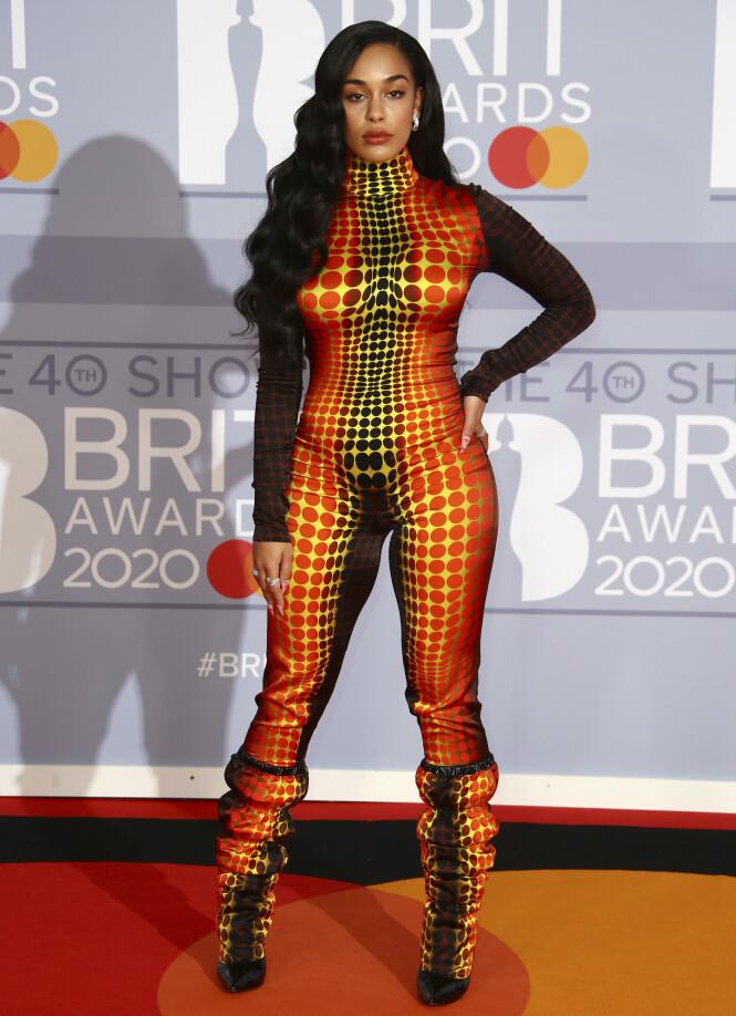 JORJA SMITH: Sangeren matchet fra topp til tå under årets BRIT Awards. Foto: NTB scanpix