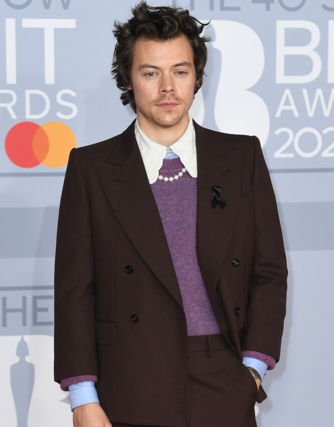 HARRY STYLES: Den svarte sløyfen til høyre på artistens dressjakke har fått oppmerksomhet etter at han dukket opp på BRIT Awards-løperen. Foto: NTB scanpix