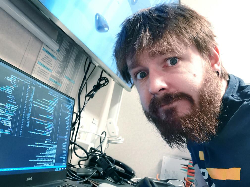 - Er du en «proff» som vil hjelpe, så strekk ut en hånd til oss hobbykodere, også, ber Chris Tvedt. 📸: Privat