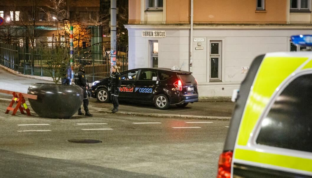 Væpnet politi på Tøyen i Oslo tidlig torsdag morgen. Foto: Alexander Vestrum / NTB scanpix
