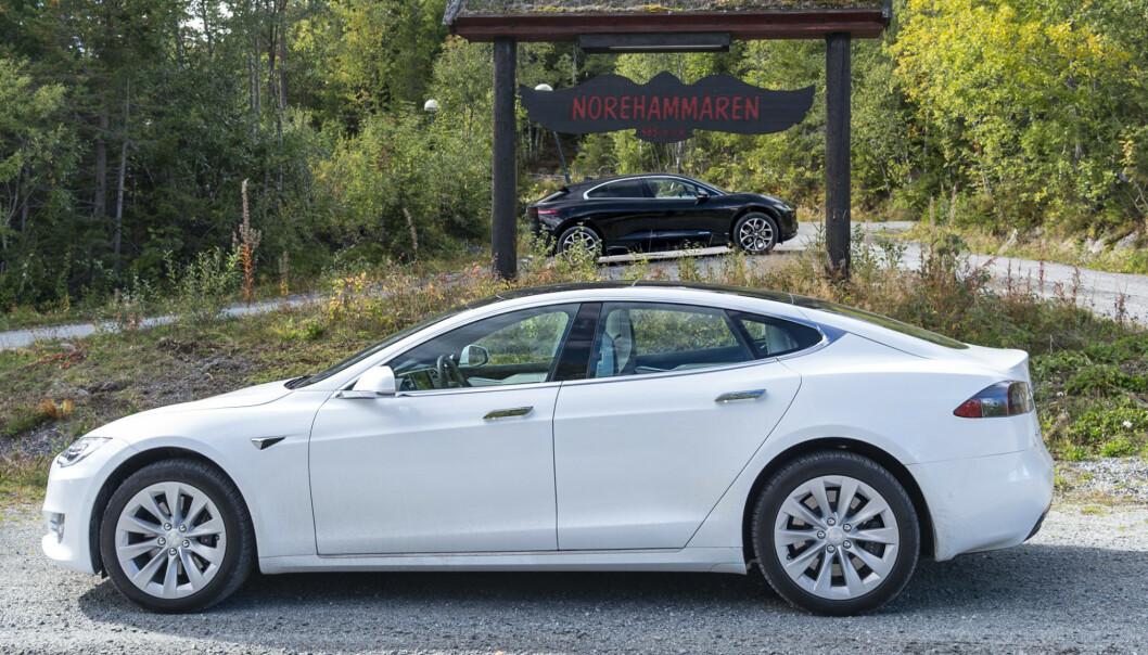 <strong>NÆR MAGISK GRENSE:</strong> Elbilene Tesla Model S (390 miles) og Tesla Model X (351 miles) skal nå gå enda lengre, før de må lades, etter nye oppgraderinger. Foto: Jamieson Pothecary
