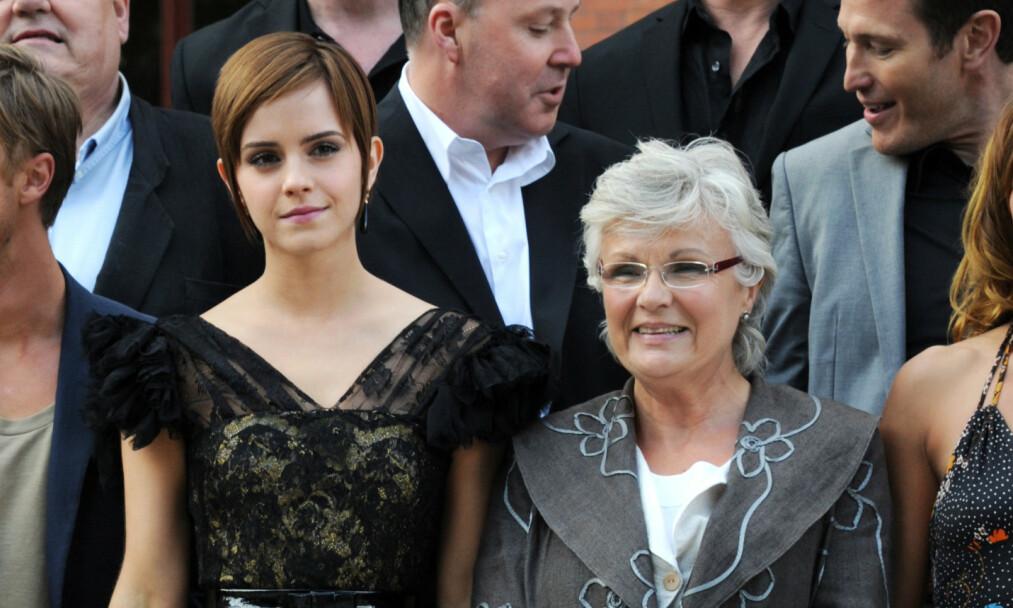 SYKDOM: «Harry Potter»- og «Mamma Mia»-stjernen dame Julie Walters (t.h) forteller i et nytt intervju at hun har hatt kreft i all hemmelighet. Det er først nå som hun er blitt frisk at hun snakker åpent om diagnosen. Her fotografert med Emma Watson. Foto: NTB scanpix