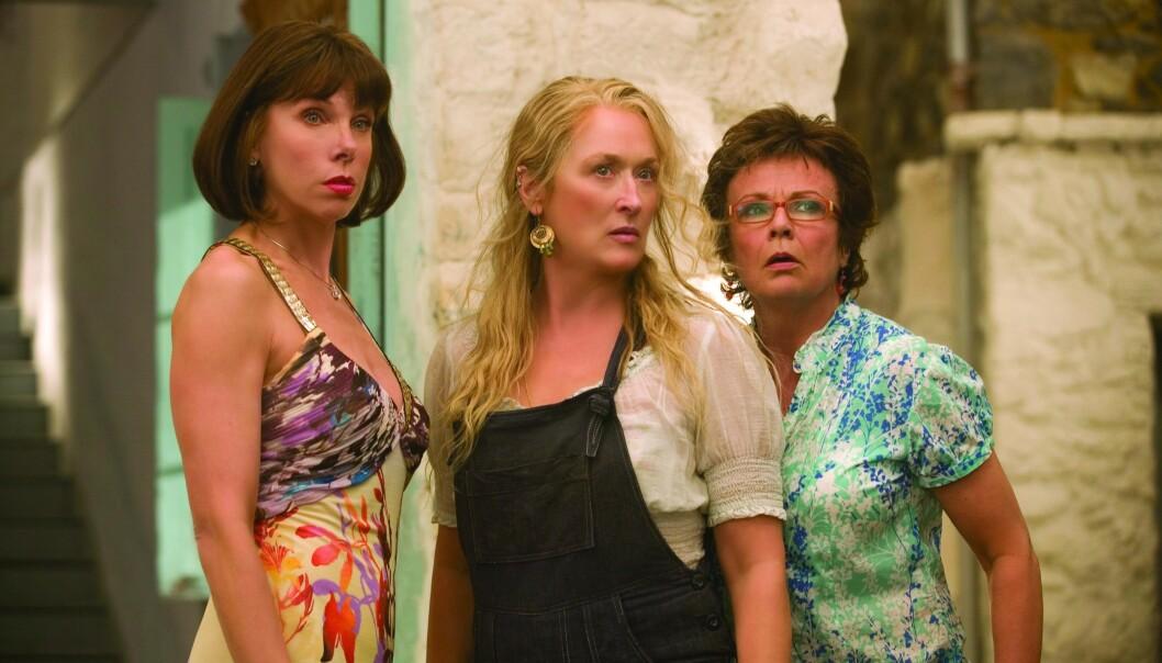 VAR SYK: Julie Walters (t.h) forteller at hun ble lei seg da legene fortalte at hun hadde tarmkreft i stadium tre. Her fra «Mamma Mia»-filmen i 2008, sammen med Christine Baranski og Maryl Streep. Foto: Snap Stills/REX, NTB scanpix