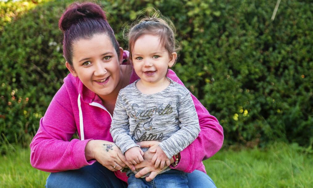 LYKKELIG: Kirsty Duffy blir helt skjelven ved tanken på at hun holdt på å miste datteren sin. I dag løper hun rundt og leker som før. Foto: NTB Scanpix