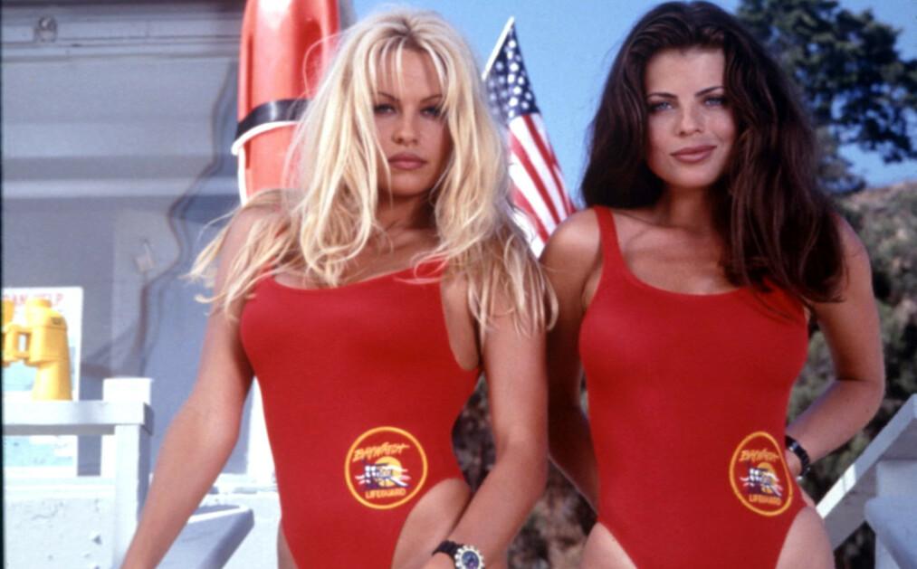 <strong>IKONISKE:</strong> Skuespiller Yasmine Bleeth fikk sitt store gjennombrudd i tv-serien «Baywatch», men siden den gang har hun trukket seg helt tilbake fra rampelyset, og er i dag ikke til å kjenne igjen. Her avbildet med Pamela Anderson i 1995. Foto: NTB Scanpix