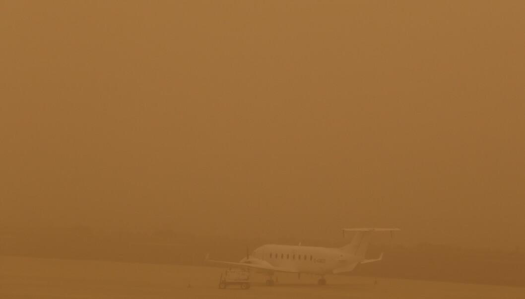 Et fly står parkert på rullebanen på flyplassen i Las Palmas på Gran Canaria under sandstormen lørdag. Foto: Borja Suárez / Reuters / NTB scanpix