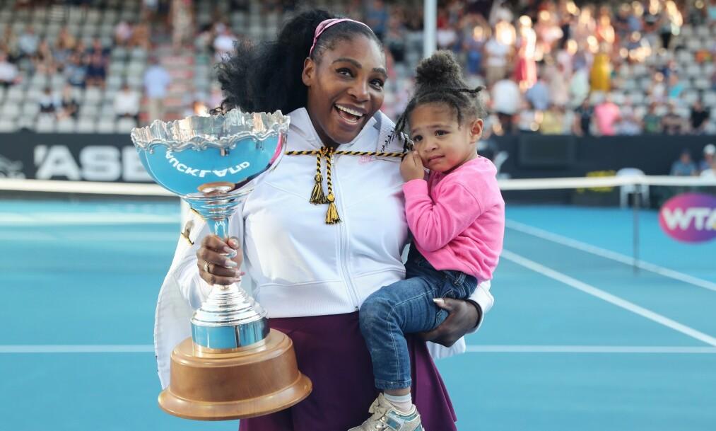 <strong>ÆRLIG:</strong> Tennisstjernen Serena Williams forteller ærlig om hvordan det er å balansere idrettskarrieren og morsrollen. Her avbildet med datteren Alexis Olympia tidligere i år. Foto: NTB Scanpix