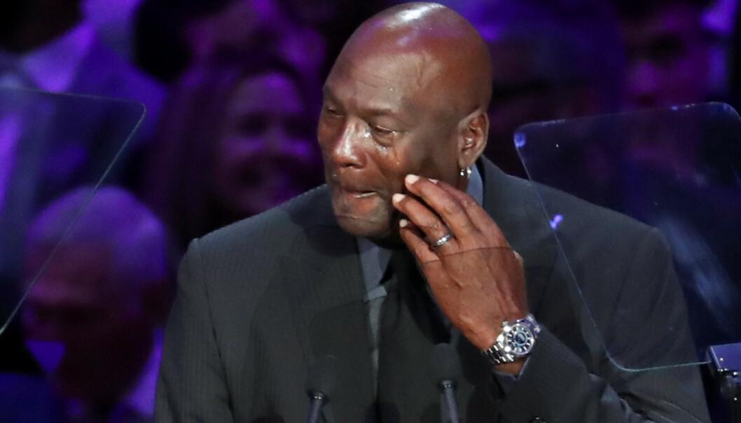 <strong>TUNGT TAP:</strong> Michael Jordan klarte ikke holde tilbake tårene under minnestunden for sin gode kollega mandag. Foto: NTB Scanpix