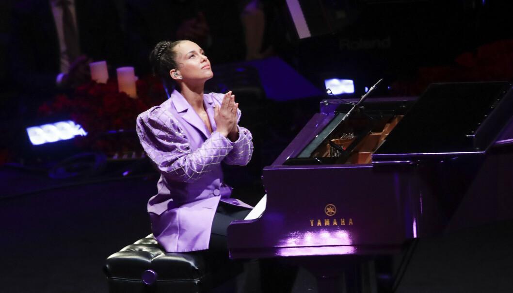 <strong>PÅ SCENEN:</strong> Alicia Keys var en av artistene som spilte for Kobe og Gianna Bryant i Staples Center. Foto: NTB Scanpix