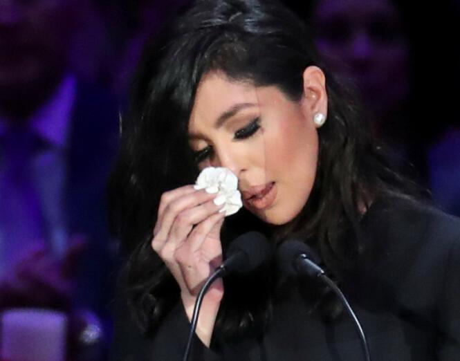 <strong>MISTET MANNEN OG DATTEREN:</strong> Kobes kone Vanessa tok til tårene flere ganger under talen. Foto: NTB Scanpix