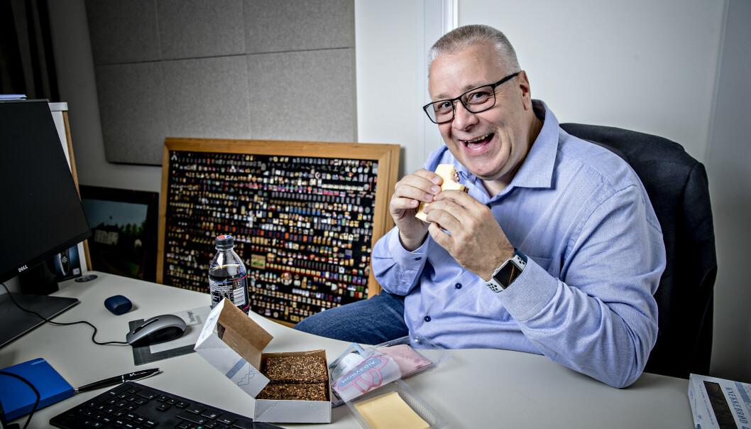 <strong>DYR HOBBY:</strong> Bård Hoksruds pins-samling fikk plass på et bilde da Dagbladet møtte ham, i forbindelse med noe helt annet, i fjor. Foto: Bjørn Langsem / Dagbladet