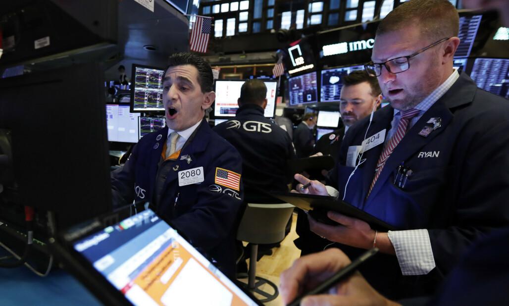 <strong>HEKTISK:</strong> Det var hektisk stemning på New York-børsen mandag. Foto: AP / NTB scanpix