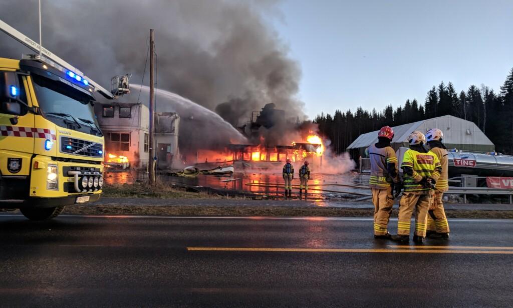MILLIONBOT: Det oppsto en kraftig, eksplosjonsartet brann etter at smeltekjelen på Metallco eksploderte. Nå er selskapet ilagt millionbot. Foto: Marit Mathisen / Totens Blad / NTB scanpix