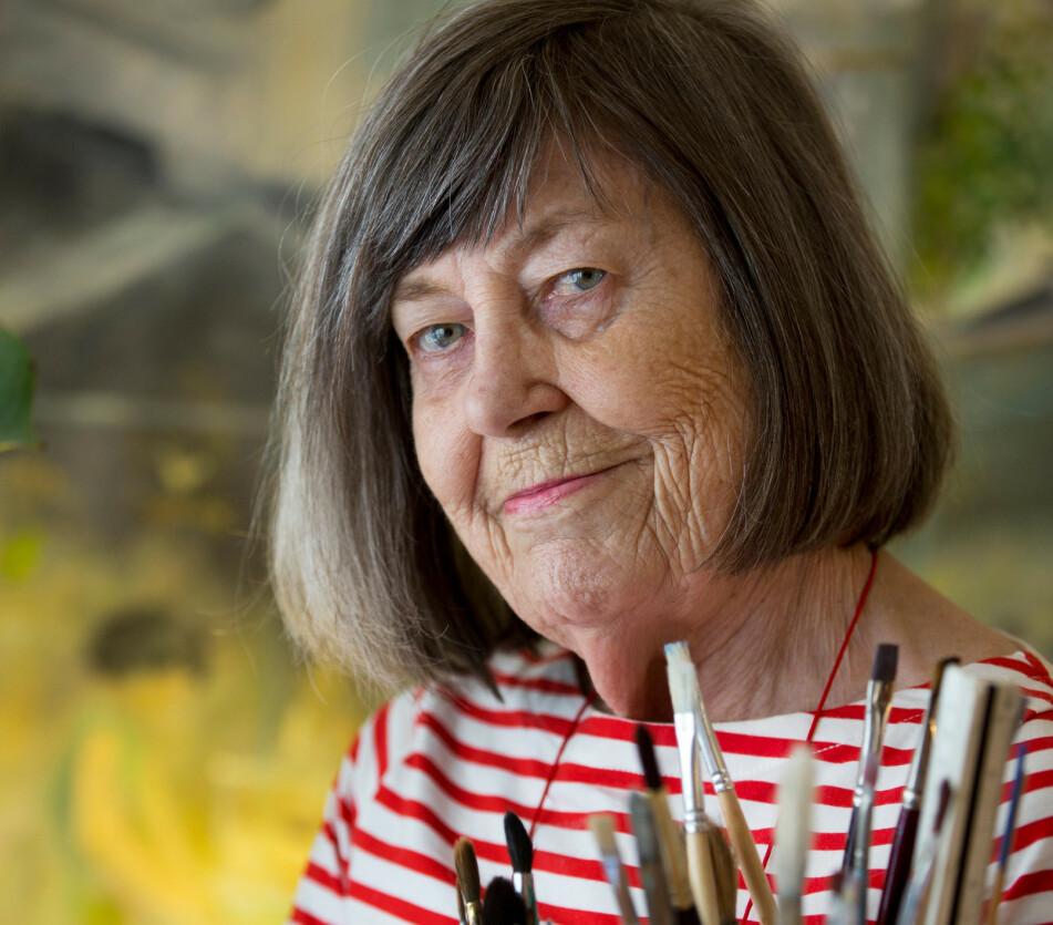 GLAD I Å MALE: Margareta elsker å tegne og male, så derfor tar hun vare på alle penslene sine. Foto: Stefan Nilsson