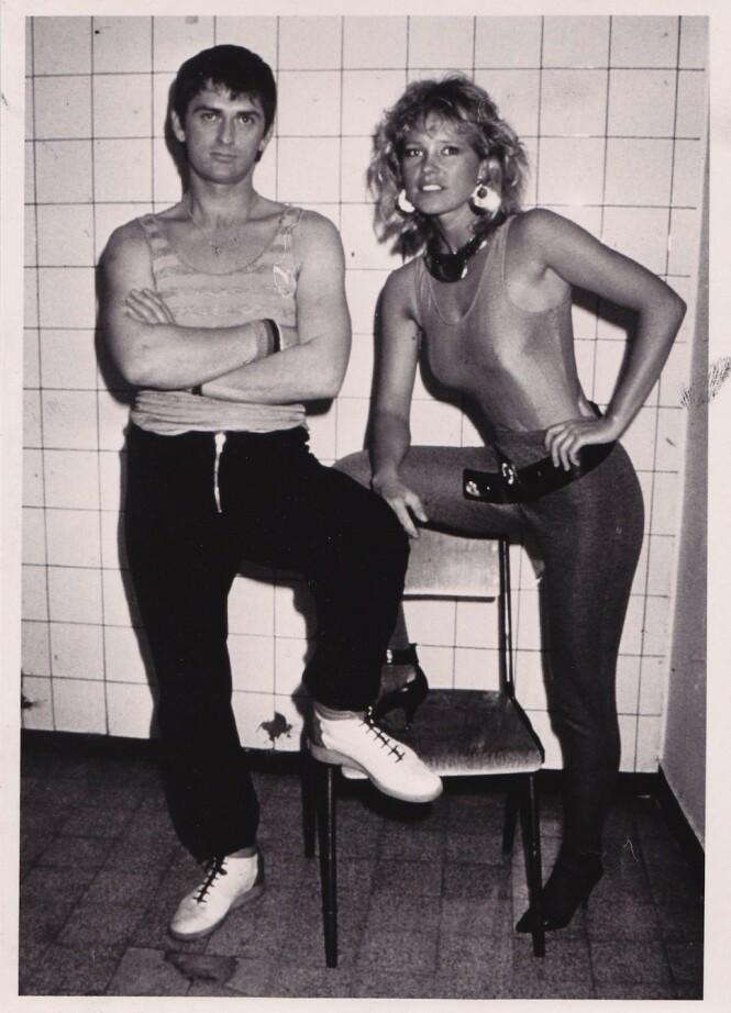 SUPERPAR: Mike Oldfield og Anita Hegerland før deres første TV-opptreden sammen, i Westfalenhalle Arena i Dortmund i Tyskland i 1985. Paret opptrådte på Europas største TV-sending, «Peters Pop show» med 17.000 mennesker i salen og 350 millioner TV-seere over hele verden. Anita Hegerland skal være den eneste norske artisten som har opptrådt i dette showet. FOTO: Anita Hegerland/privat