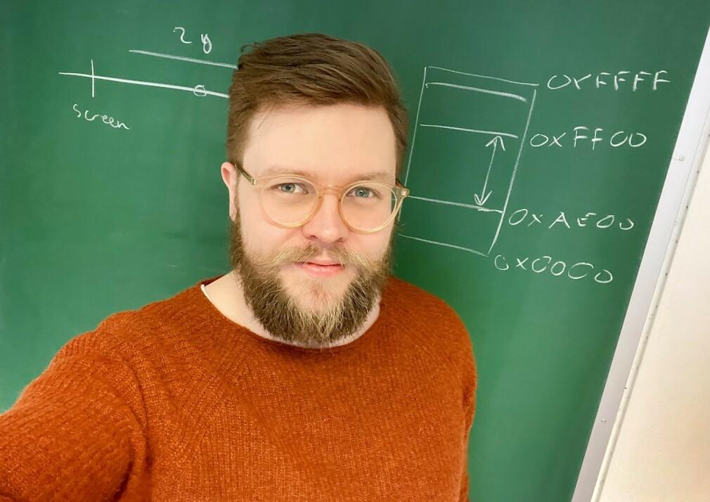 Einar Holsbø har en postdoktor-stilling ved Universitetet i Tromsø. Selv om forskningen er medisinsk, må han så absolutt kode. 📸: Privat