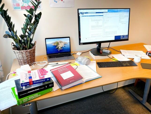 """Einar Holsbø kaller dette bildet av pulten sin for """"pultie.jpg"""". Pultie. Det begrepet skal vi søren meg begynne å bruke. 📸: Privat"""