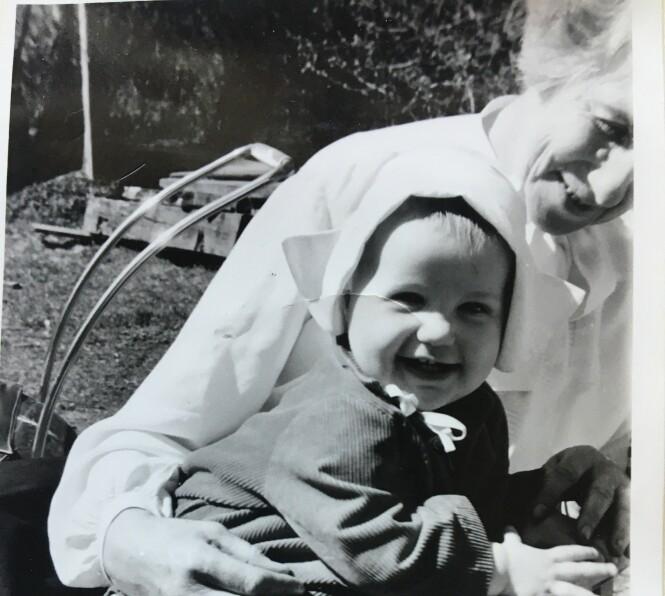 MORMORFANG: Anniken Nersveen på mormor Ingrid Bjerkås fang i 1955. Foto: Privat