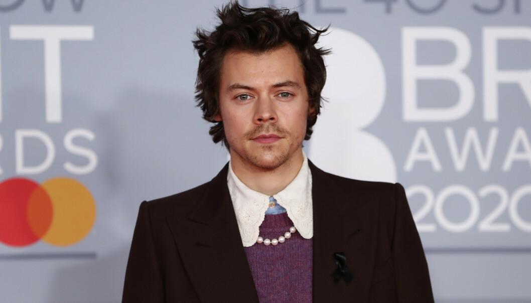 <strong>SVART SLØYFE:</strong> Her er Styles på rød løper under Brit Awards. På høyre side kan man se den svarte sløyfen. Foto: NTB Scanpix