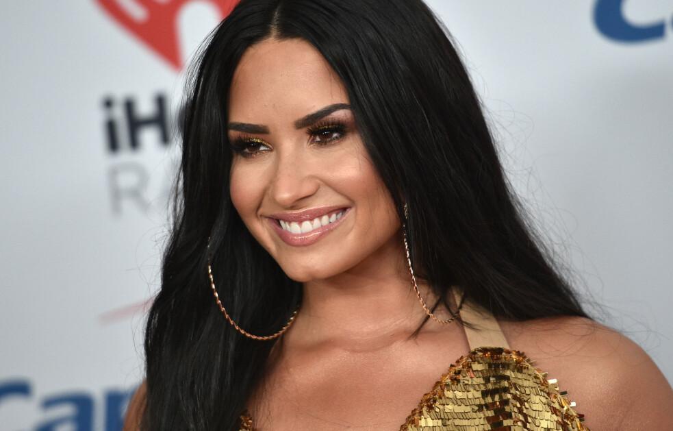 GLITTER OG GLAM: Fordi kjendisene som oftest er å se i forbindelse med rød løper – hvor de er pyntet fra topp til tå – er mange vant til å se Demi Lovato med feilfri sminke, lange hårextensions og i eksklusive kjoler. Nå viser stjernen frem sitt helt naturlige jeg. FOTO: Scanpix