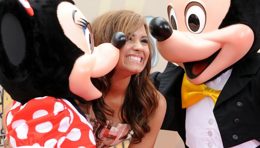 FASADE: Her er Lovato under en filmpremiere i 2010. Ingen visste det den gang, men det store smilet skjulte både spiseforstyrrelser og avhengighet. FOTO: Scanpix