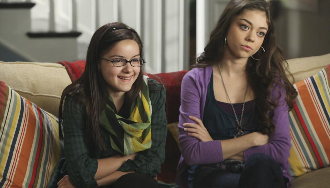 NÆRT FORHOLD: Hyland er kanskje ikke Winters storesøster i virkeligheten, men det er tydelig at hun er beskyttende ovenfor 22-åringen. Her er duoen i en eldre scene fra «Modern Family». FOTO: Scanpix