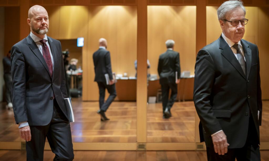 Øystein Olsen (t.h.), leder for hovedstyret i Norges Bank og sjef i Statens pensjonsfond Yngve Slyngstad på vei til pressekonferansen for fremleggelsen av årsrapporten til Statens pensjonsfond utland 2019 i Norges Bank. Foto: NTB Scanpix