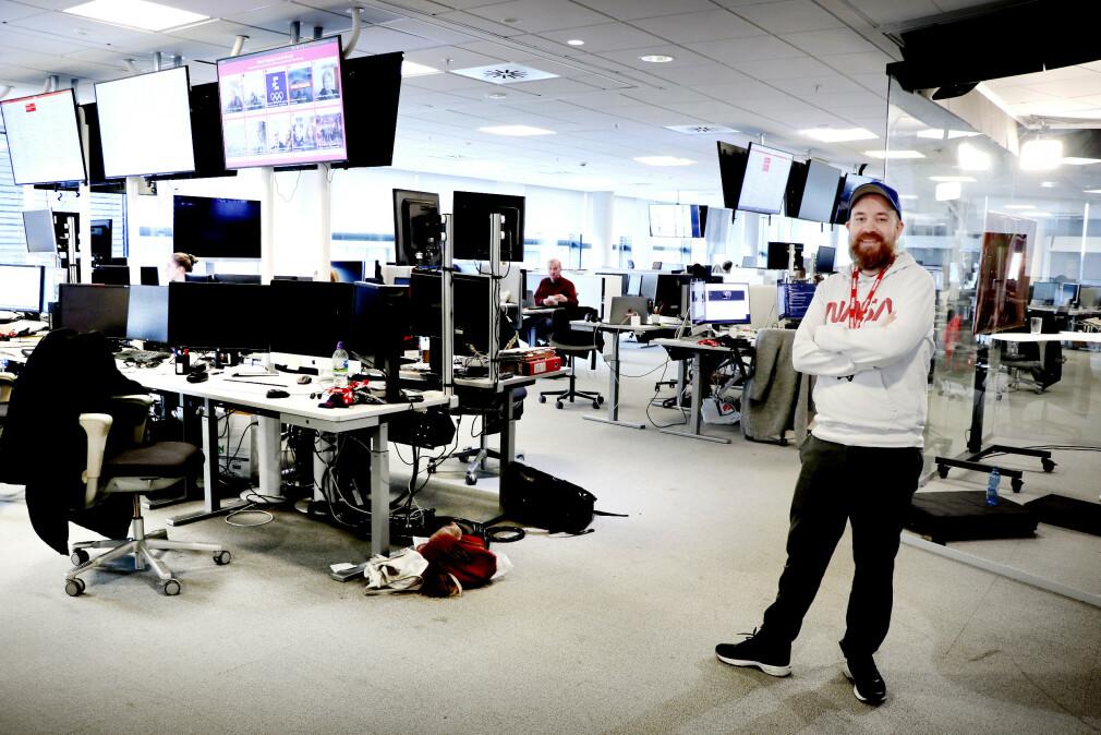 Utvikler og tech lead Tor Henning Ueland i Dagbladet trives godt ute i redaksjonen blant journalistene. Det er det ikke alle utviklere som gjør, men så er det heller ikke alle som kaller seg redaksjonell hacker. 📸: Ole Petter Baugerød Stokke